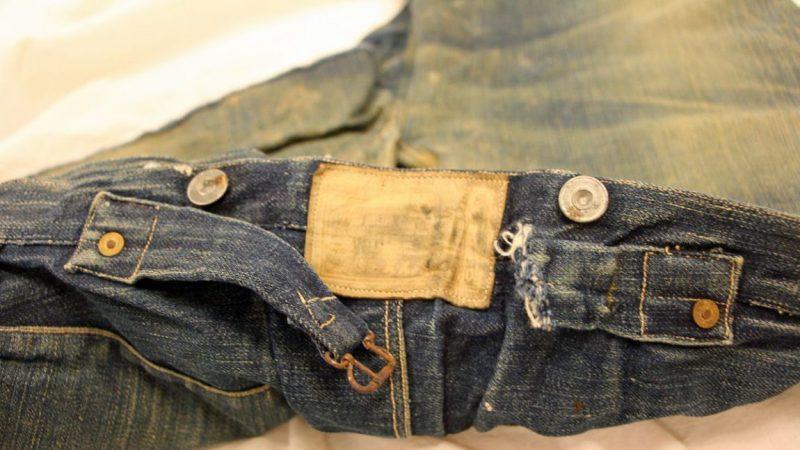Jeans cru vintage e bastante usado