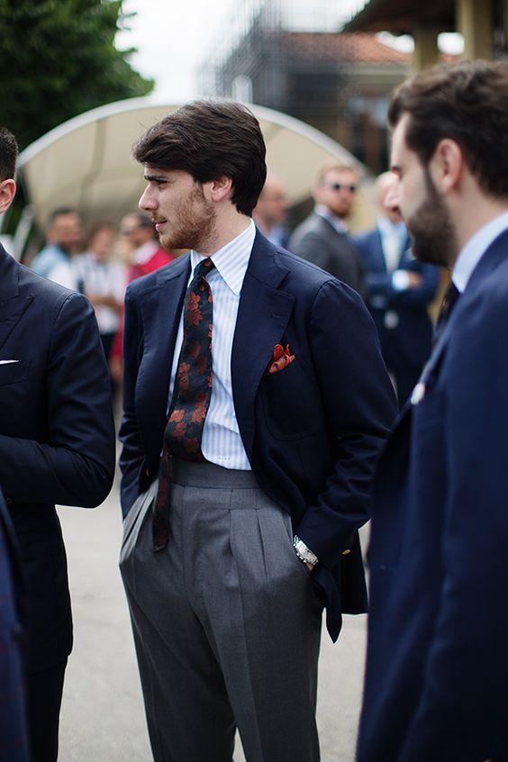 calça social cinza com blazer azul e sapato marrom