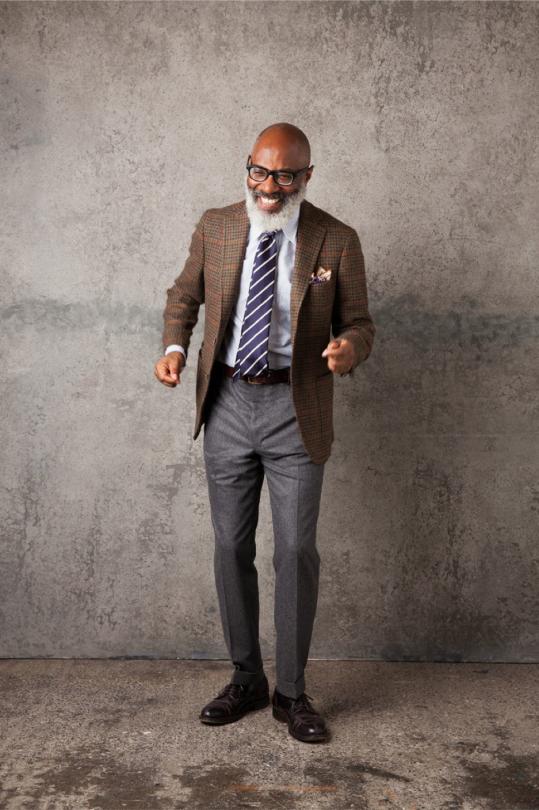 calça social cinza com blazer marrom e sapato marrom