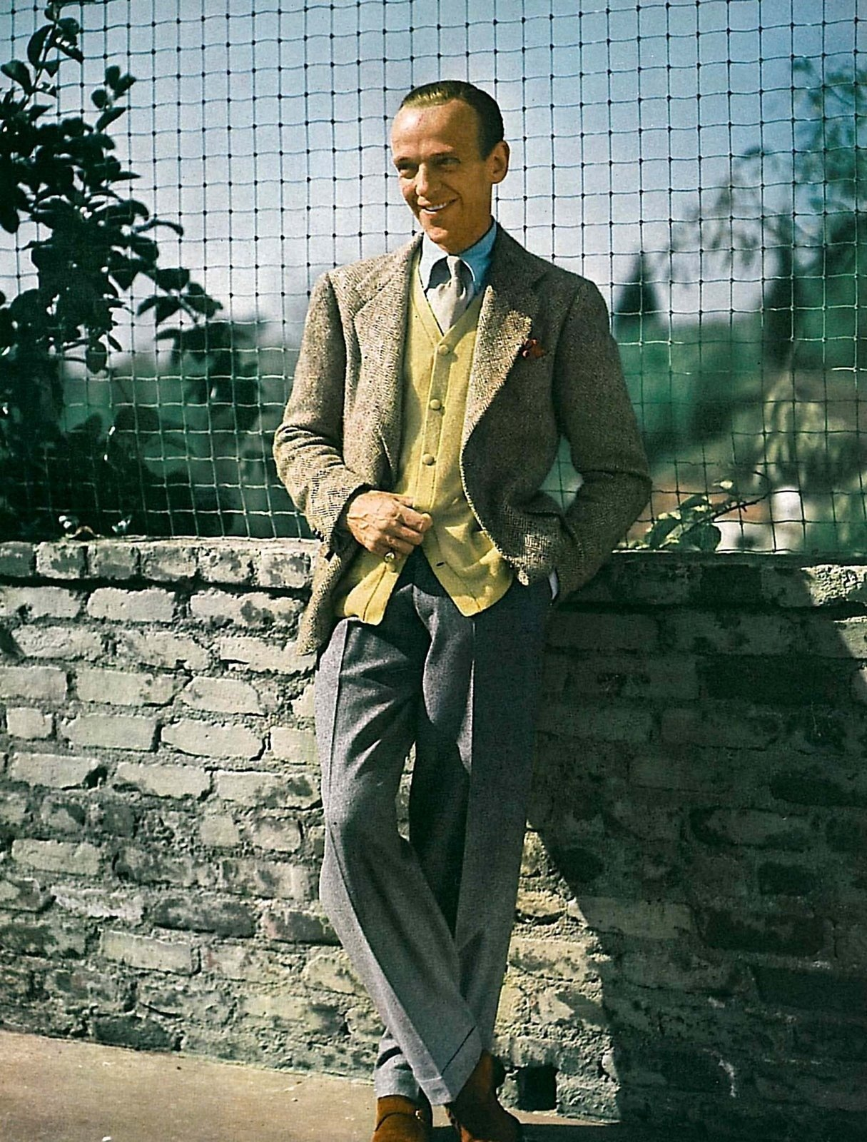 Fred Astaire de calça social cinza com blazer claro e sapato marrom