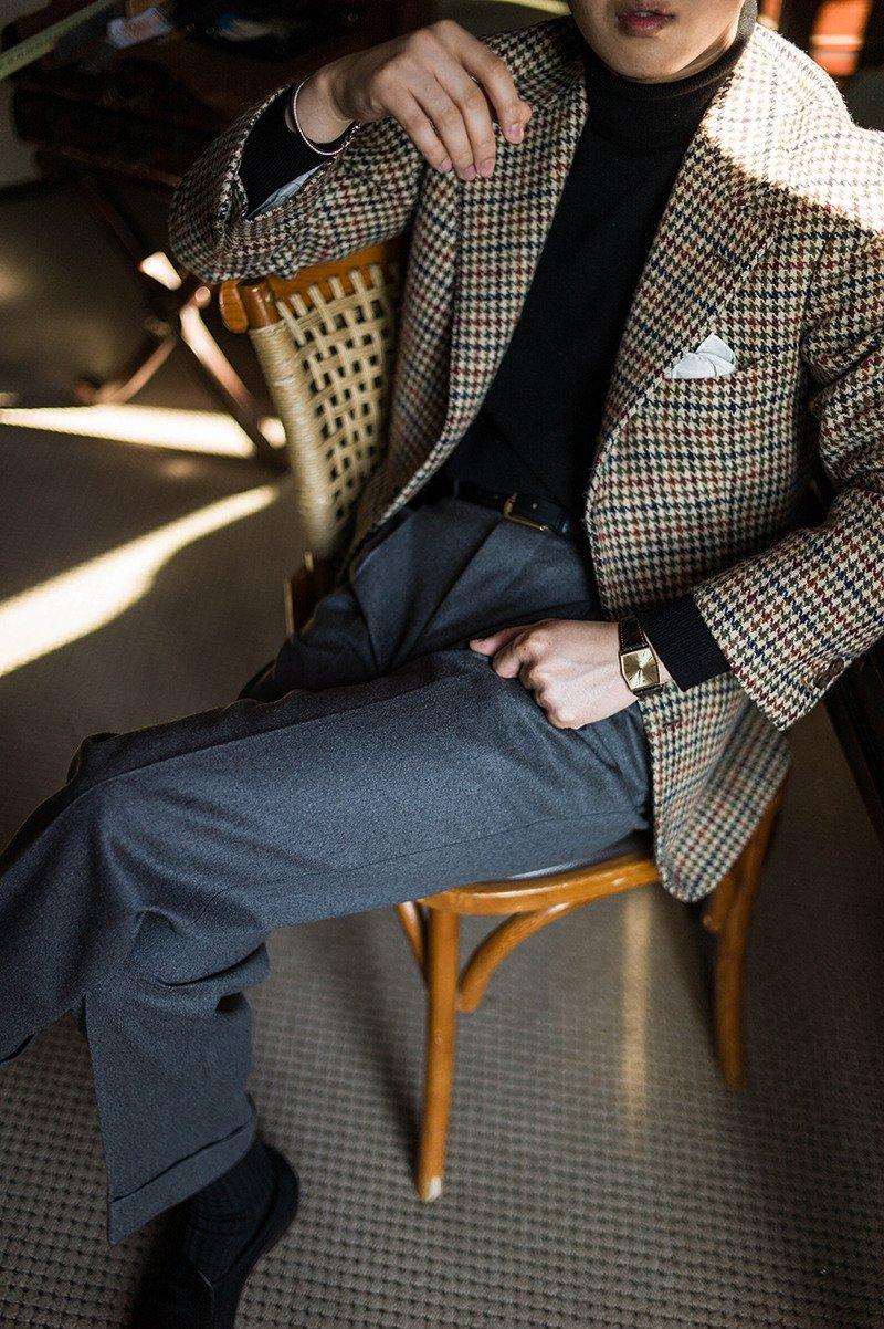 Calça social cinza com blazer claro e sapato marrom