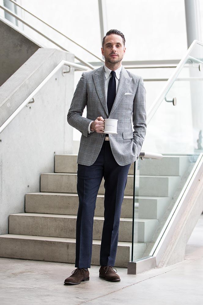 como usar blazer cinza com calça azul
