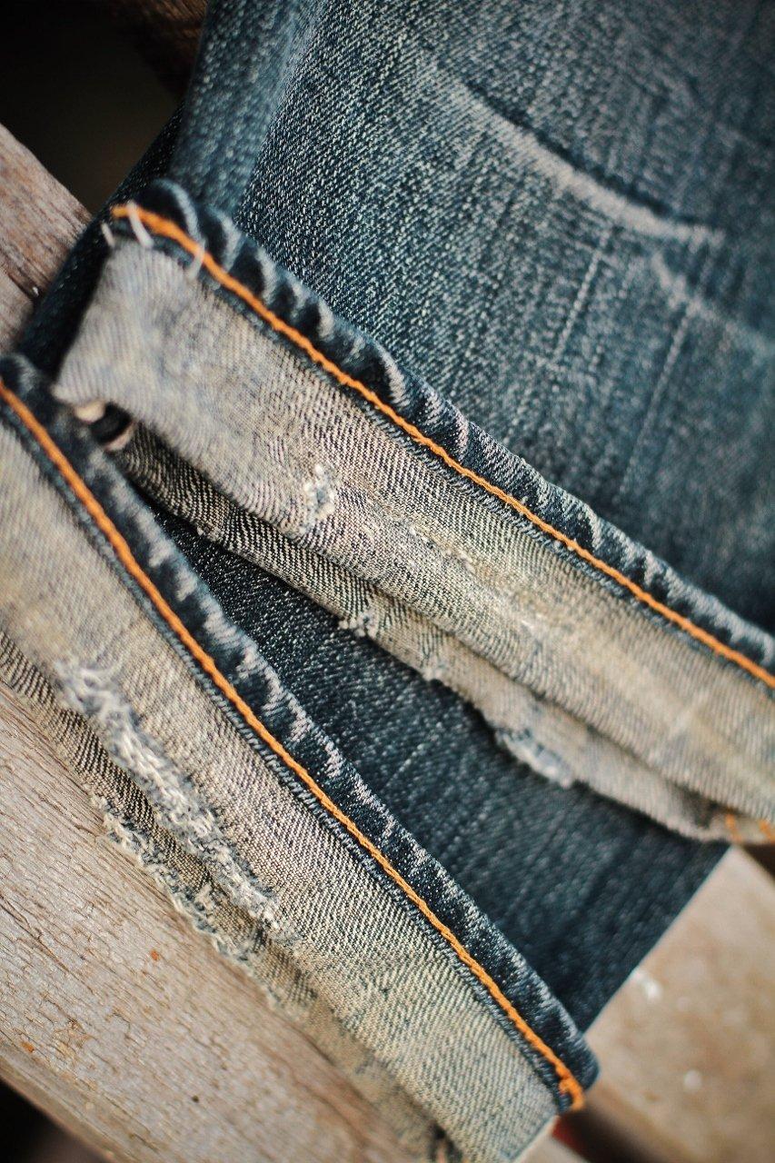 bainha desbotada de um jeans