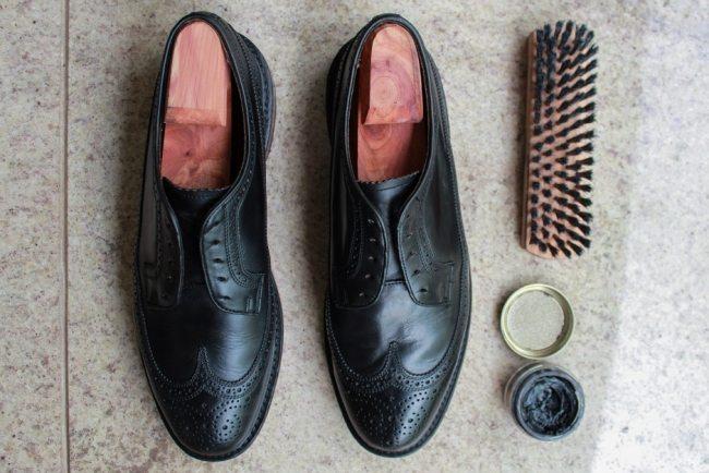 3ec51c00e Depois de passar o creme nos dois sapatos, eu deixo ele ele secar por dois  ou três minutos e passo uma escova (de preferência não a que você usa para  tirar ...