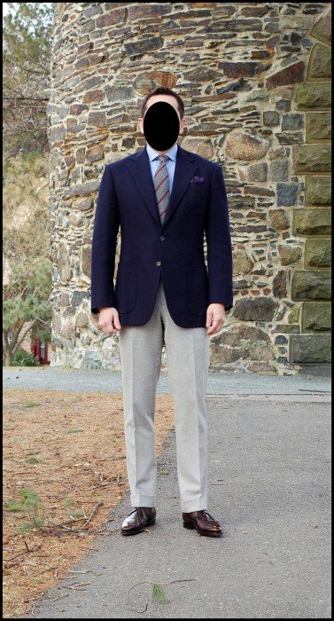 como combinar blazer azul marinho com calça cinza