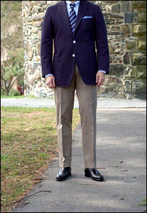 blazer azul e calça bege combinação clássica