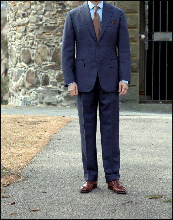 terno azul com gravata marrom