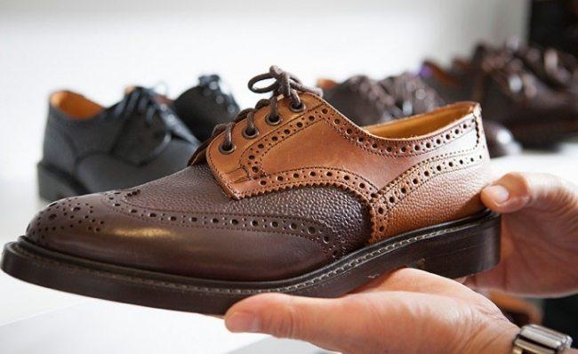 Sapato brogue Trickers de duas cores