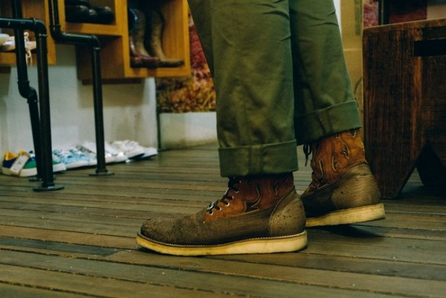 Calça chino Engineered Garments Workaday e Bota Western White Moutaineering com solado Vibram