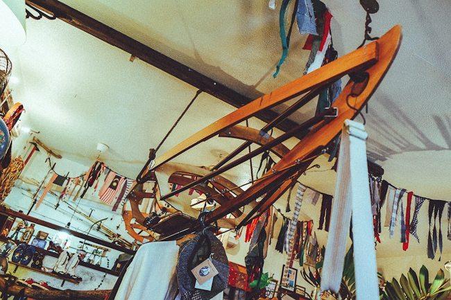 barco de madeira no teto da Brown Tabby Works