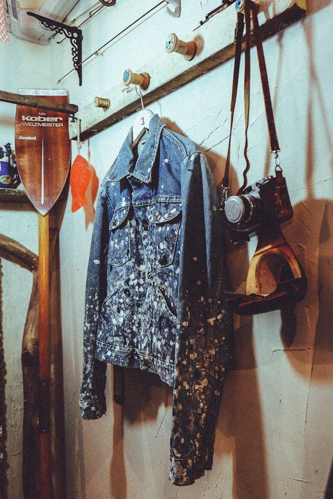 jaqueta jeans pintada e customizada à mão pelo Sr. Narita
