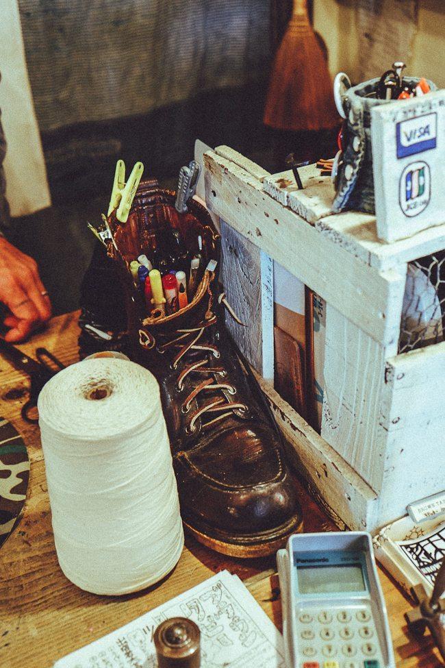 porta lápis com uma bota moc toe vintage