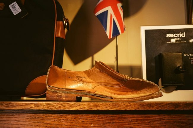 Vista interna de um sapato Crockett & Jones palmilhado