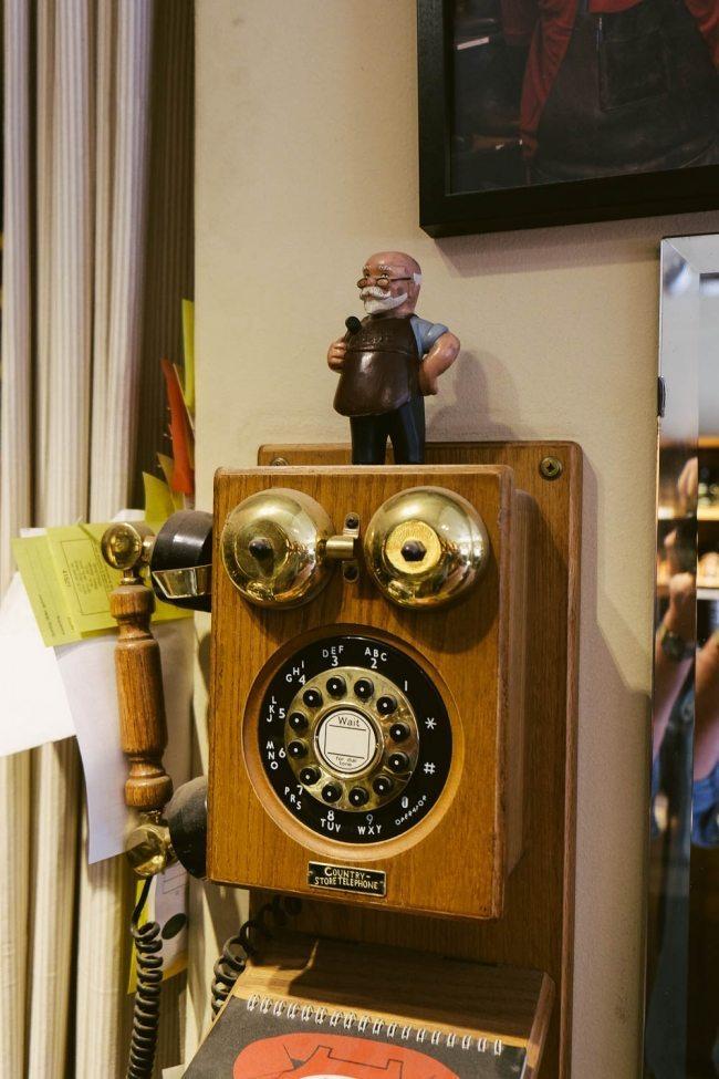 Telefone antigo na sapataria