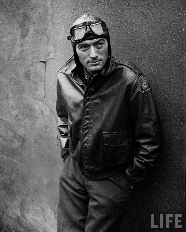 Gregory Peck vestindo jaqueta militar A-2 em Almas em Chamas
