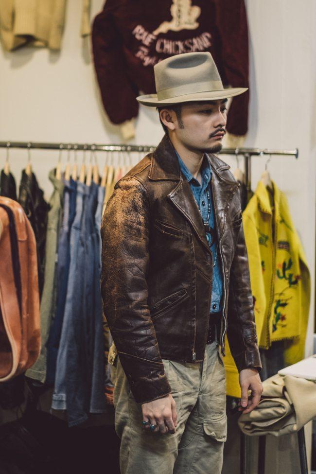 Experimentando uma jaqueta de couro vintage durante o Inspiration LA