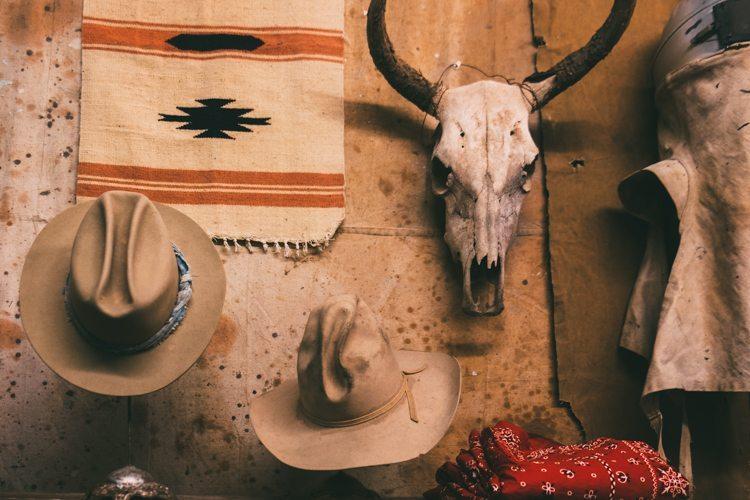 Chapéus vintage e crânio de boi no Santa Fé Vintage