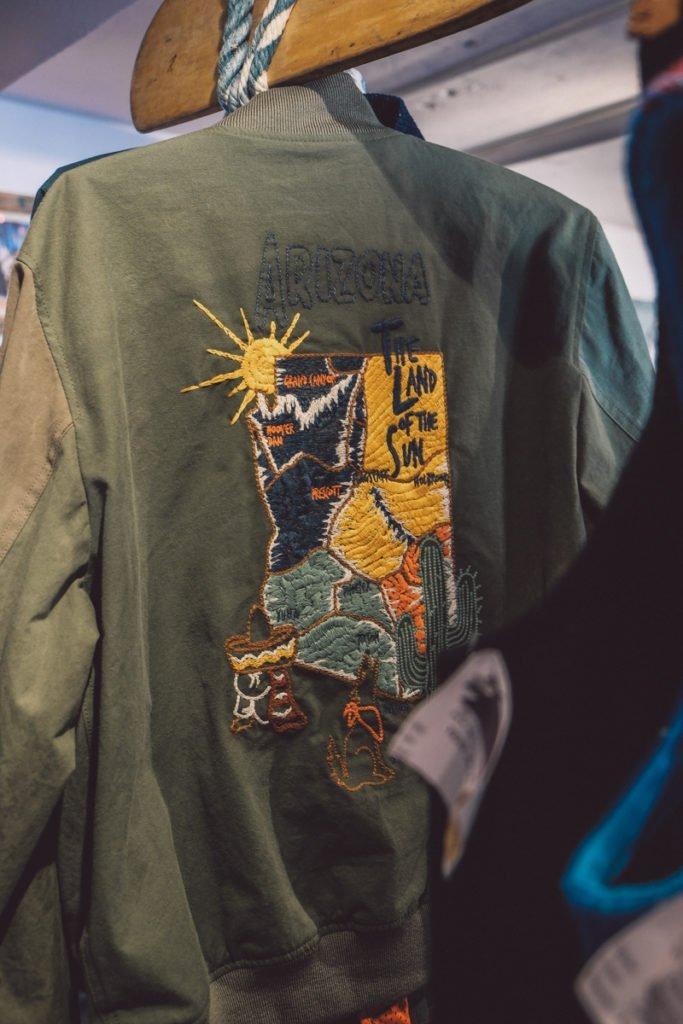 Trabalho bordado à mão na jaqueta da Dr.Collectors