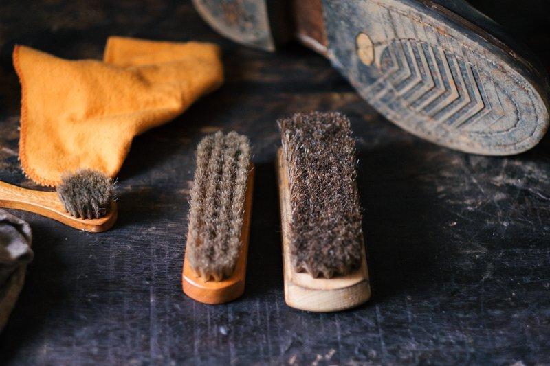 escovas para limpar a sua bota de couro