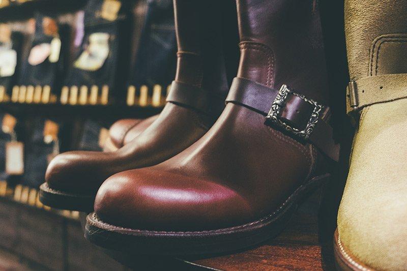 detalhe fivela engineer boot carved buckle
