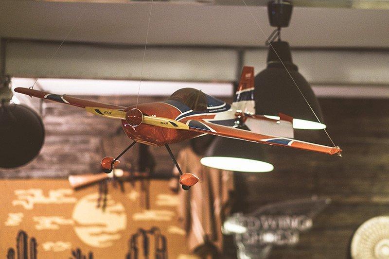 Avião de brinquedo vintage na Code7 Moscow