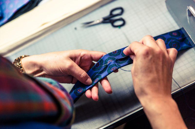 Costurando uma gravata à mão