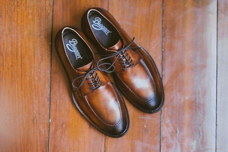 af6524558 O sapato que escolhi foi o Sapato Brogan Memphis Whisky. É um sapato moc  toe em couro marrom caramelo com um acabamento envelhecido um pouco  exagerado ...