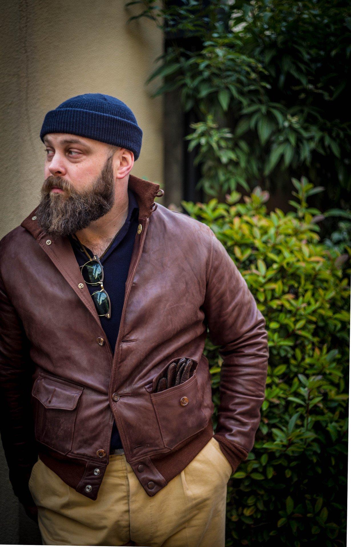 gorro masculino com jaqueta de couro