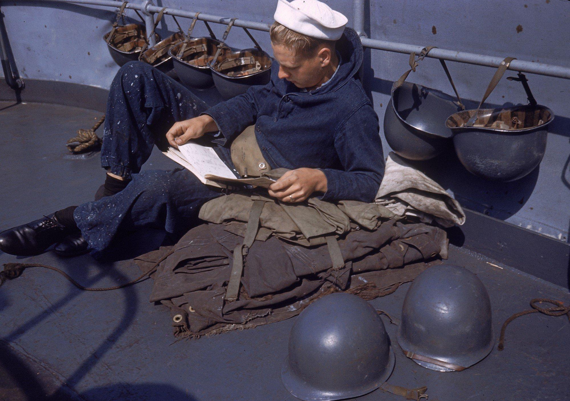 Marinheiro deitado na duffel bag