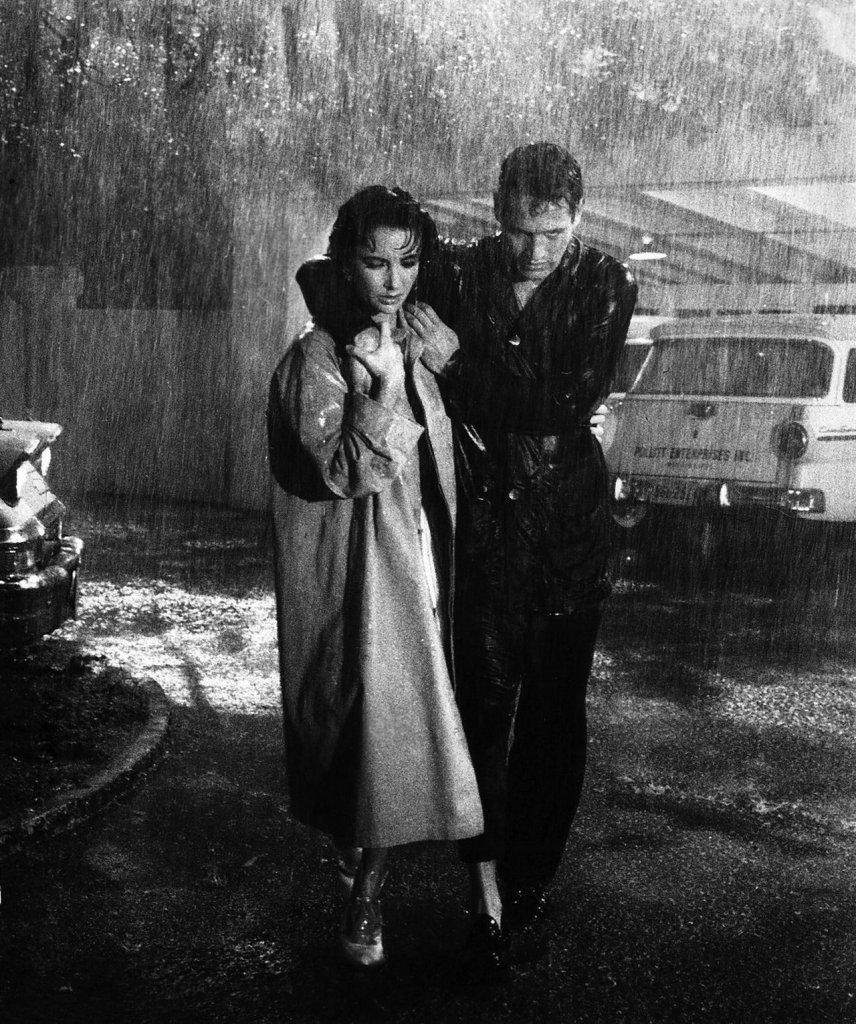 Paul Newman e Elizabeth Taylor na chuva em Gata em Teto de Zinco Quente