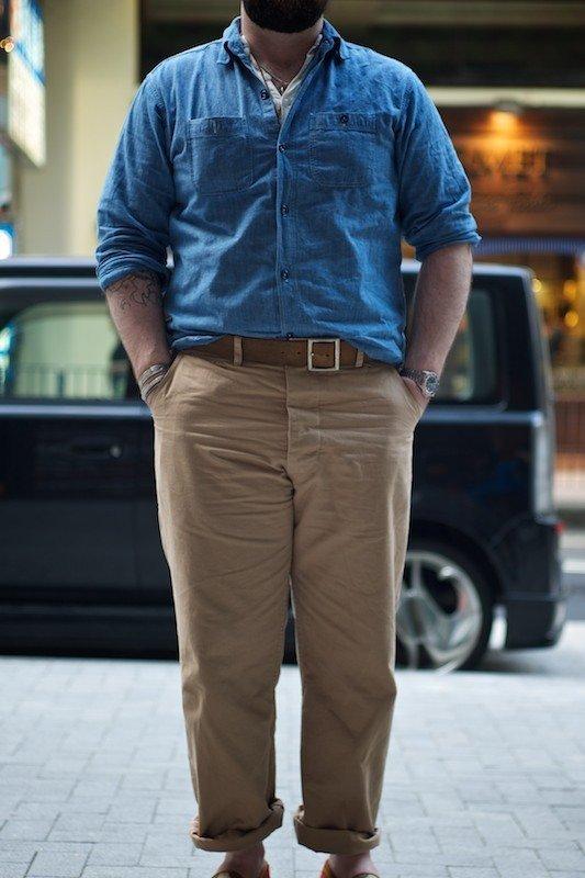 calça chino com camisa jeans