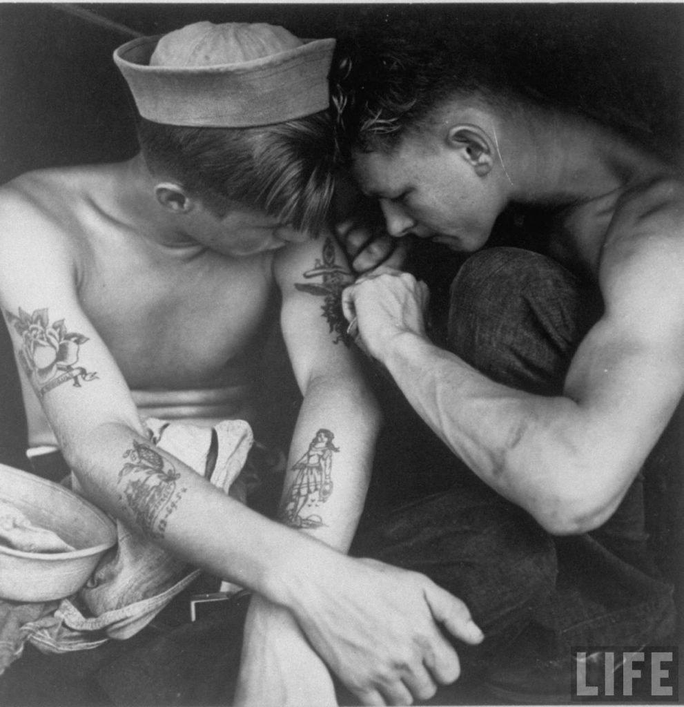 Marinheiros tatuando a bordo